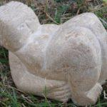 femme couchée, pierre sculptée, coll.privée