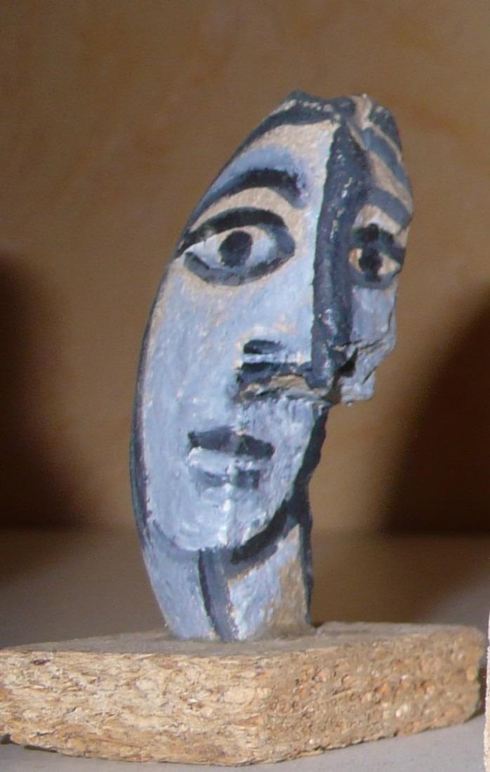 visage femme, galet peint, coll.privée
