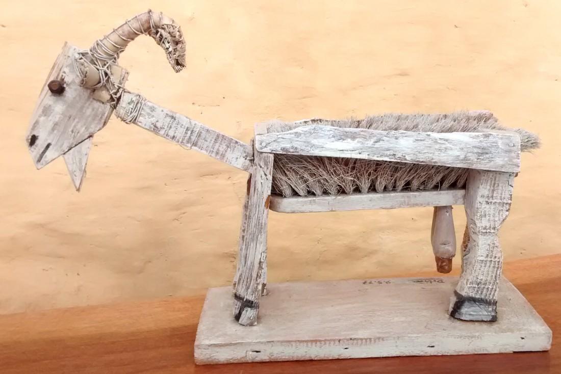 chèvre balai, bois peint
