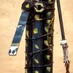 femme bleue pois jaunes, bois peint et fil de fer