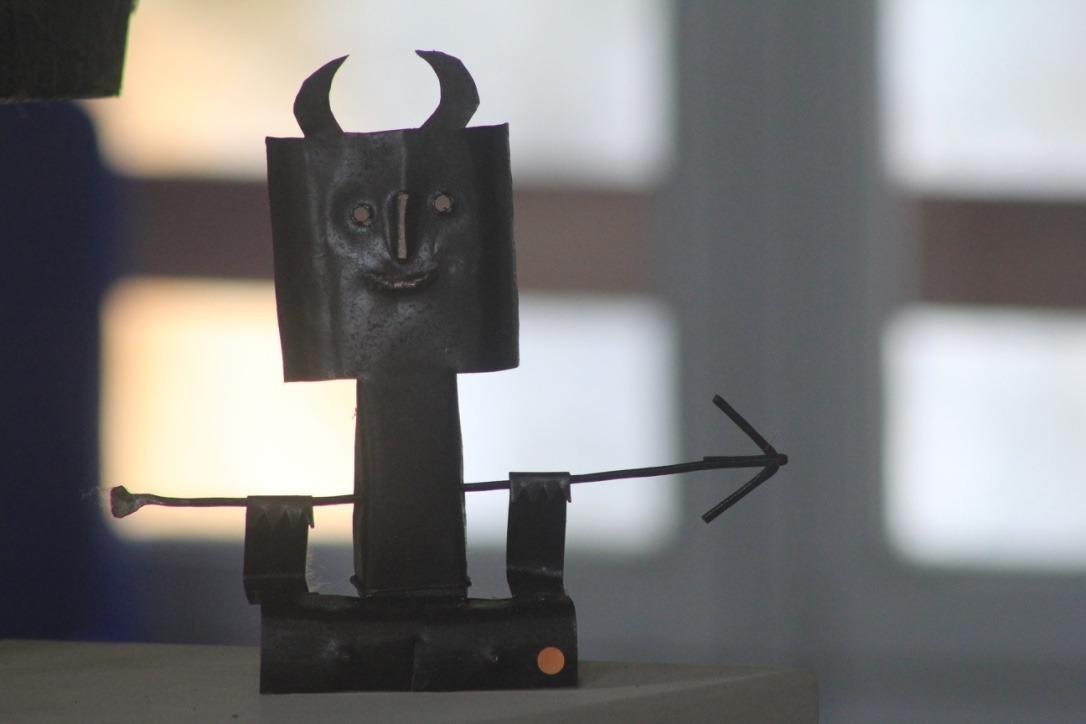 Diable et flèche, métal découpé
