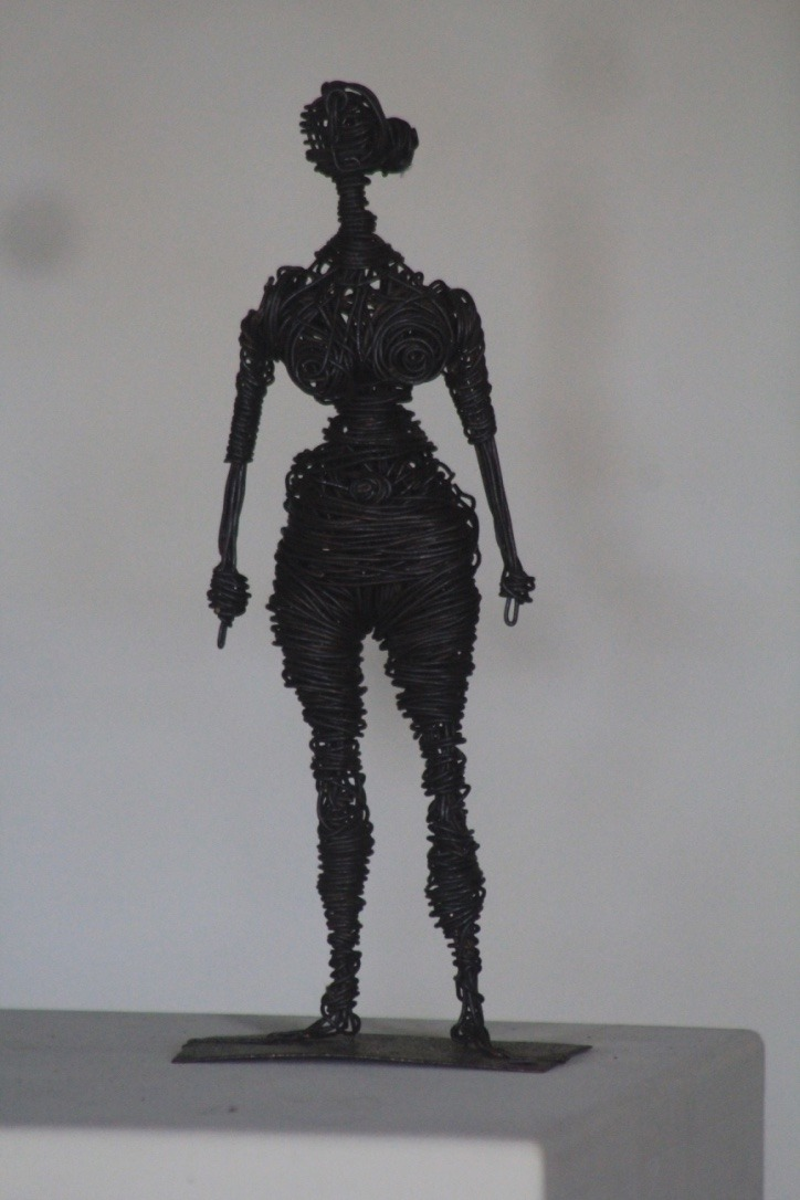 Femme nue, fil de fer enroulé