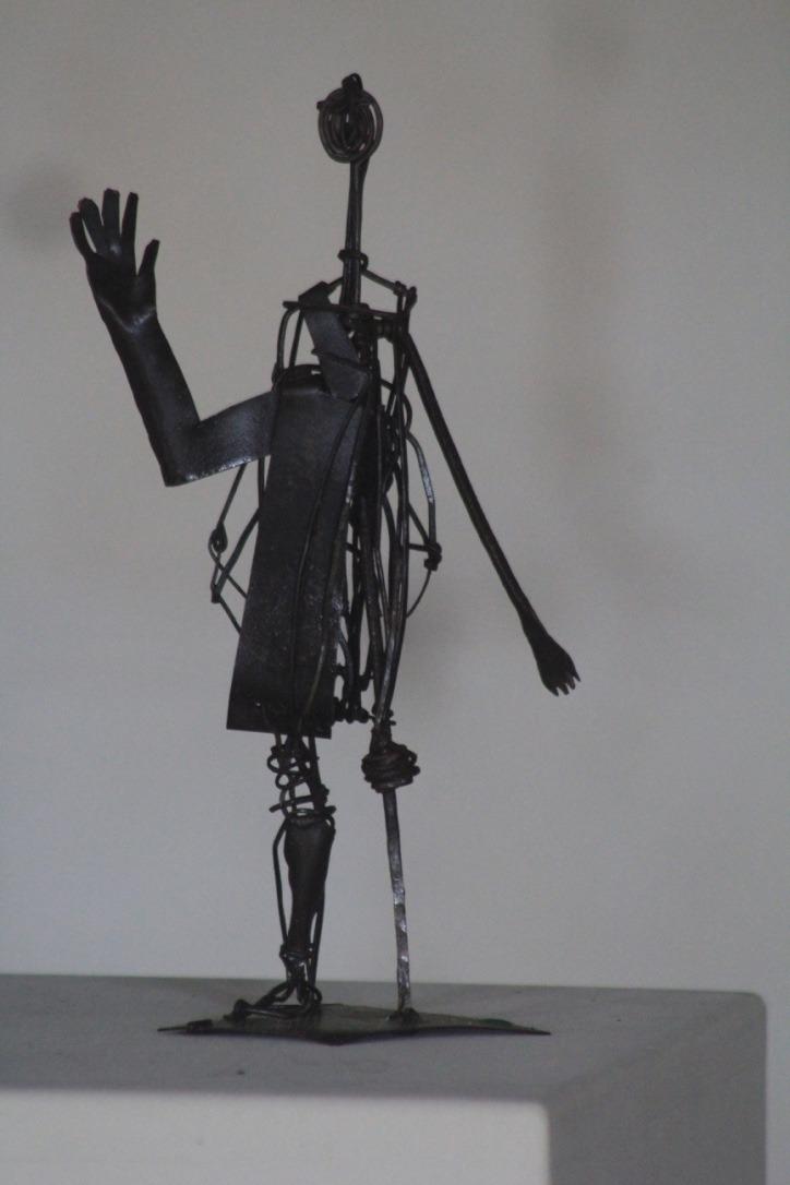 Homme au bras levé, métal découpé et fil de fer