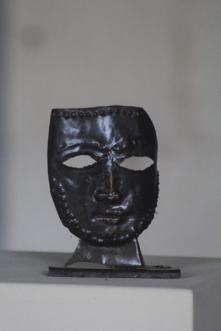 Masque, métal découpé et martelé